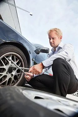 Man changing a tire © Tyler Olson | Dreamstime.com