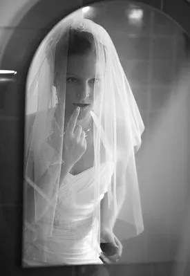 Bride in the mirror © Lightpoet | Dreamstime.com