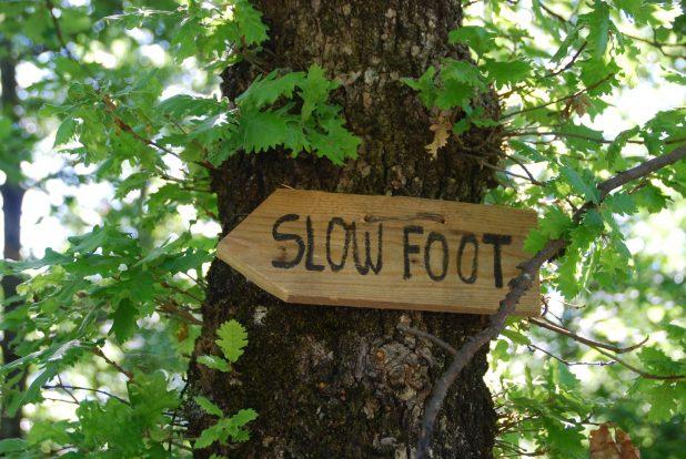 Un'insegna di Slow Foot