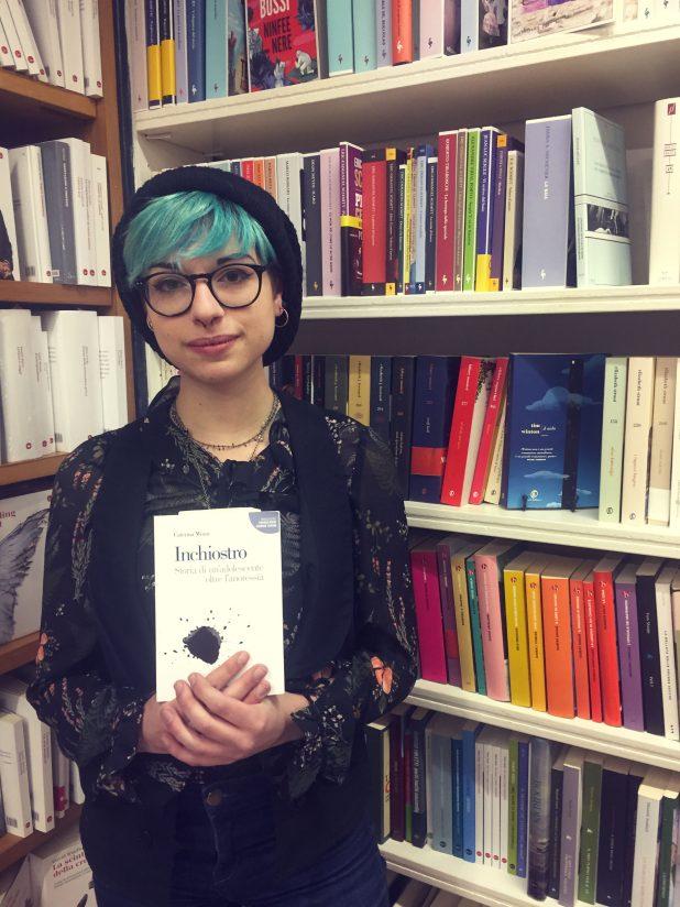 Ritratto di Caterina Minni alla Libreria Paci