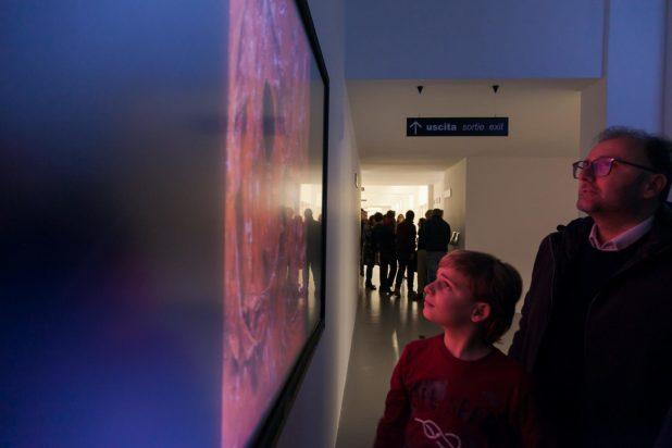 Visitatori al museo Burri davanti agli schermi multimediali
