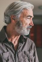 Massimo Gradini ritratto intenso mentre guarda fuori scena