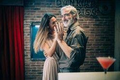 Massimo Gradini e Monica Bartolucci ballano abbracciati tenendosi la mano