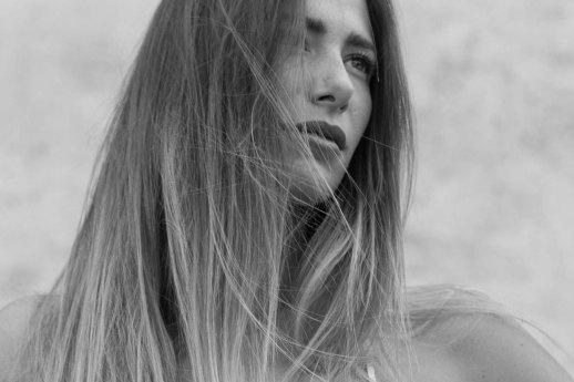 Monica Bartolucci con i lunghi capelli sciolti in un ritratto in bianco e nero