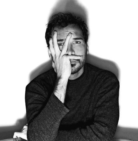 fotografia di Paul Pedana con la mano che copre il viso