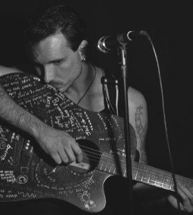 Paul Pedana suona la chitarra