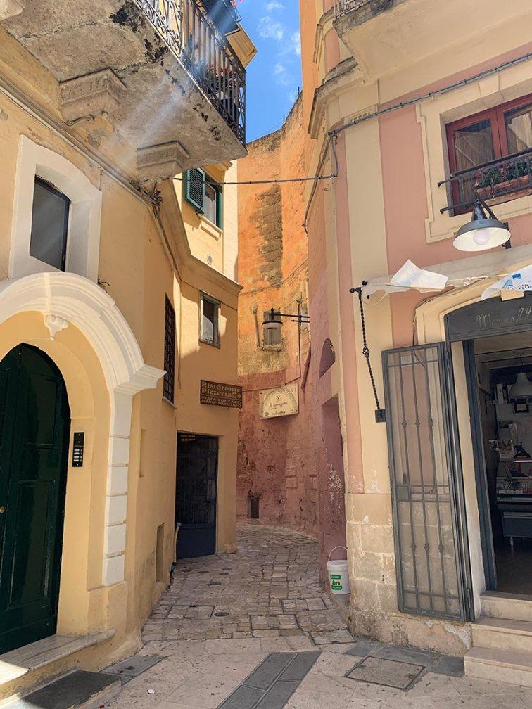 le vie strette dove filtra il sole a Matera