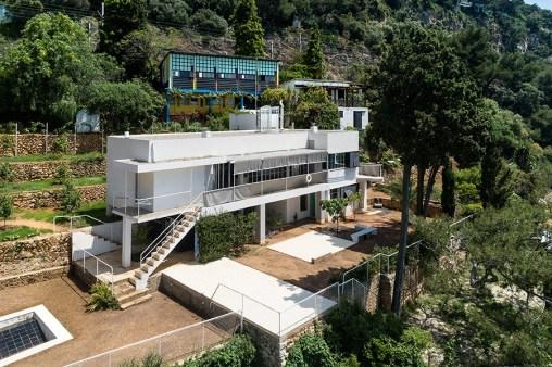 """Sullo sfondo si vede il famosissimo """"Cabanon"""" di Le Corbusier, progettato nel 1951. Il luogo, proprio dietro la E-1027 non è casuale. E oscurerà per anni la villa della Gray, non tanto come visuale, quanto per la fama."""