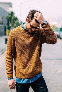 μπουσταρδί πουλόβερ με τζιν πουκάμισο