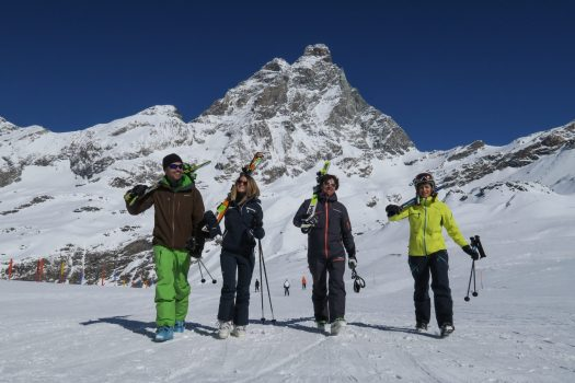 Skiers walking with the Monte Cervino in the backdrop. Photo Enrico Romanzi - Breuil Cervinia. Breuil-Cervinia: chairlift failure: 27 skiers recovered by helicopter.
