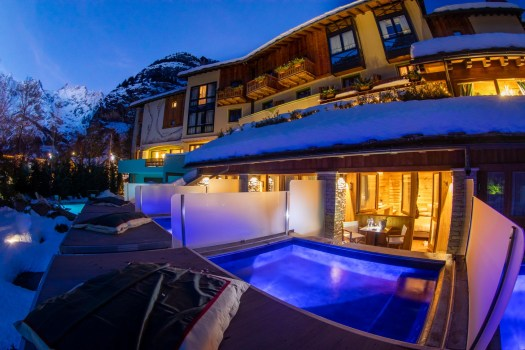 Gran Baita Executive room with outside pool with jacuzzi. Photo: Gran Baita Hotel Courmayeur. Aiguille du Midi vs Punta Helbronner – which one you should do?