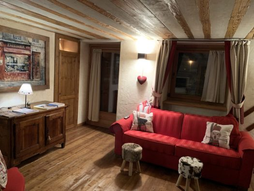 Living room at Il Cuore della Valdigne. Stay at the Heart of the Valdigne to ski in Courmayeur, La Thuile and Pila/Aosta.