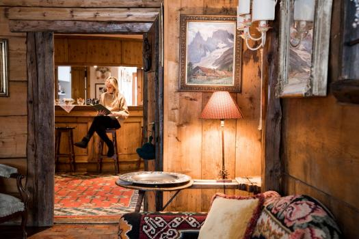 The bar and seating area at L'Auberge de la Maison in Courmayeur. Aiguille du Midi vs Punta Helbronner – which one you should do? Book your stay at L'Auberge de la Maison here.
