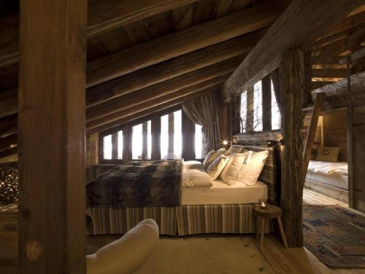 A room in an apartment at the Au Coeur des Neiges, in Courmayeur. Aiguille du Midi vs Punta Helbronner – which one you should do?