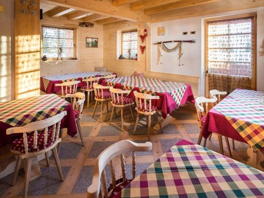 The restaurant at the Locanda del Cantoniere in Cortina d'Ampezzo. Book your stay at La Locanda del Cantoniere here. Cortina d'Ampezzo is ready for a new summer season.
