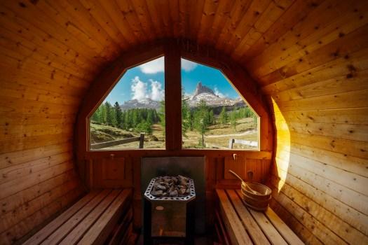 Imaginez être vous-même ici .... je peux en rêver ... Sauna Croda da Lago. Photo: www.bandion.it. Cortina Marketing. Cortina d'Ampezzo est prête pour une nouvelle saison estivale.