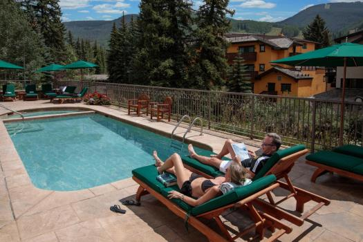 The rooftop pool at the Austria Haus. The Must-Read Guide to Vail. Book your stay at the Austria Haus here.