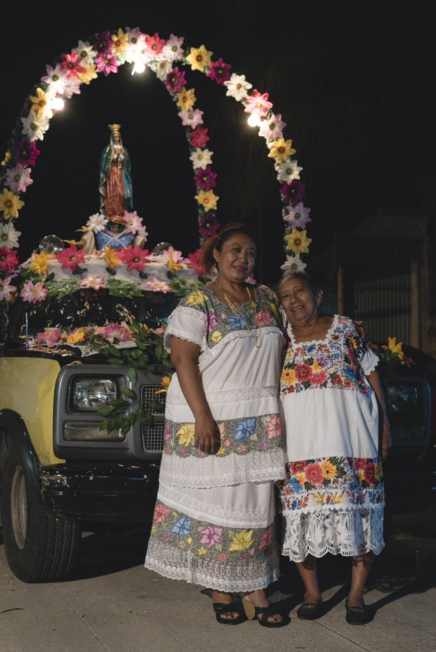 Doña Margarita y Doña Irma frente al altar de la Virgen de Guadalupe
