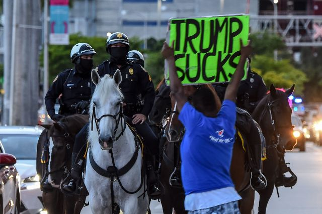 Anti-Trump protesters face mounted police