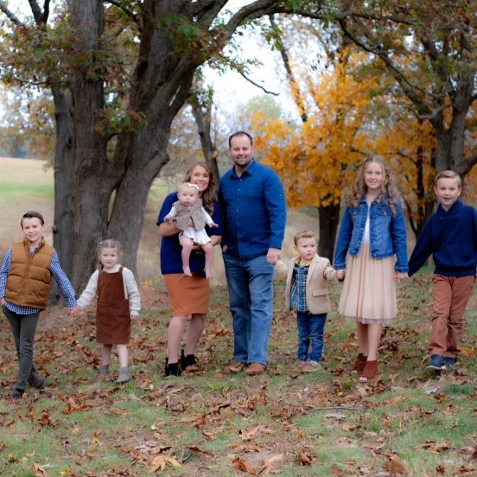 Anna and Josh Duggar and their six children