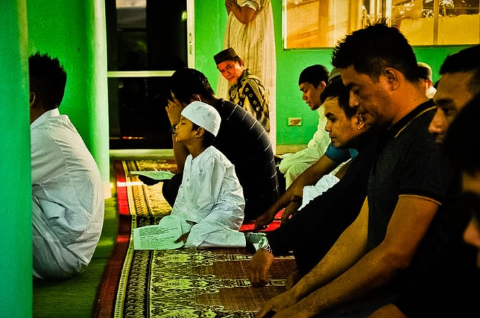 Muslim men during prayer on Eid al-Fitr. Photo by: Bong Ranes.
