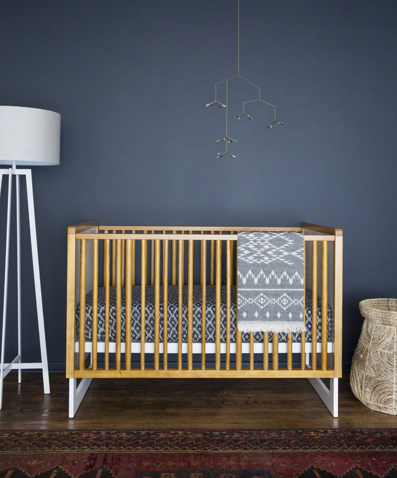 nursery-design-dark-walls-crib