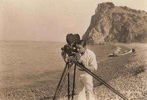 Douglas-Fairbanks-with-movie-camera-1919-silent-movies-24997769-1329-912