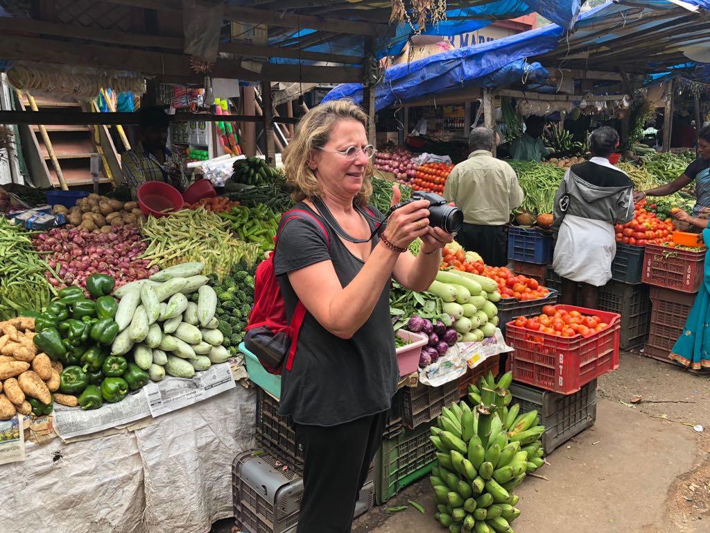איריס עשת כהן מצלמת בהודו את Hadlee הדלי הצלם בעל עיניי הנץ