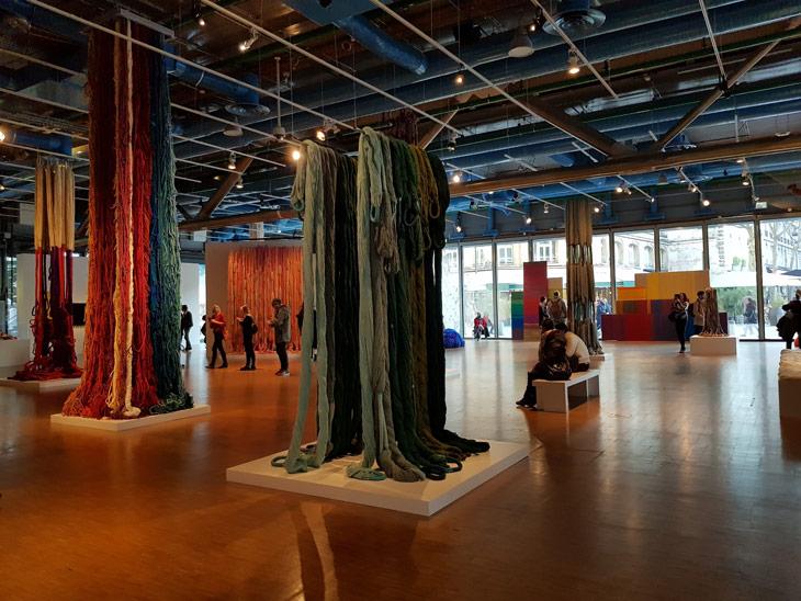 שילה היקס, אמריקאית, ילידת 1934 החיה בפאריז ויוצרת אמנות משנות ה 50, אמנית טקסטיל ייחודית במינה המשלבת אריגה, שזירה, קשירה, תפירה, ליפוף ואין ספור טכניקות רב גוניות בהן היא מצליחה להעביר רגש, תחושה והיבטים שונים של מצבים קיומים דרך סיבים, חוטים ובדים.