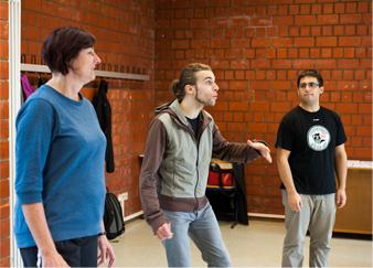 Mann bei Theaterspielübung im Kreis