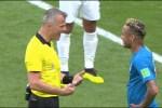 Björn Kuipers geeft Neymar een standje
