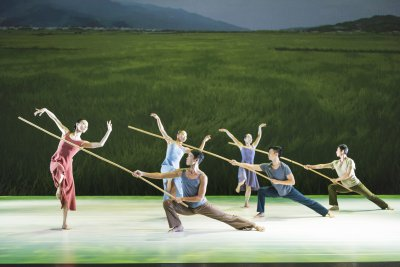 """A scene from Cloud Gate Dance Theatre of Taiwan's """"Rice"""" (Photo credit: Jack Vartoogian)"""