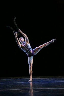 Aaron Selissen as Orfeo in scene from the José Limón's ballet (Photo credit: Beatriz Schiller)