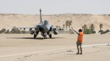 Le 12 octobre 2013, deux équipages Rafale de la force Épervier ont effectué un exercice de desserrement à Faya-Largeau à plus de 1000 km au nord de N'Djamena. Crédit photo : EMA / Armée de l'Air