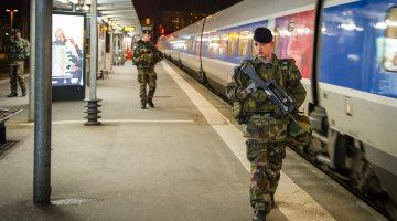 Le 3 février 2015, 19h17, à Rennes, les marsouins du 3ème régiment d'infanterie de marine (3ème RIMa) participent à la sécurité de la population dans le cadre de l'opération Sentinelle. Crédit : EMA / Armée de Terre.