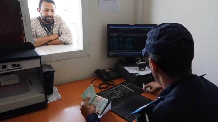 Contrôle des passeport au poste frontière de Guerguerat / Bir Guendouz entre la Mauritanie et le Maroc.