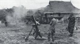 Mortier en action durant l'opération Castor (Dien Bien Phu).