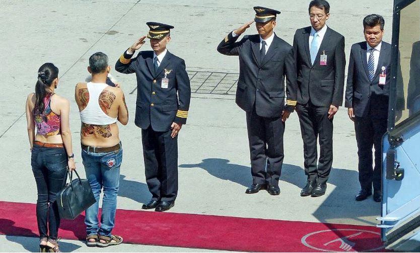 Photographie publiée par le magazine allemand Bild montrant le prince Vajiralongkorn dans une tenue peu digne de son rang.
