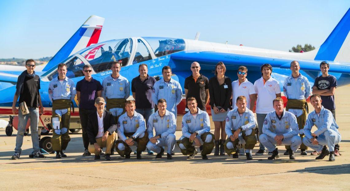 Les pilotes de la Patrouille de France, avec Yves Rossy, Fred Fugen, et Vincent Reffet, les trois Jetmen. L'équipe d'AIRBORNE FILMS.