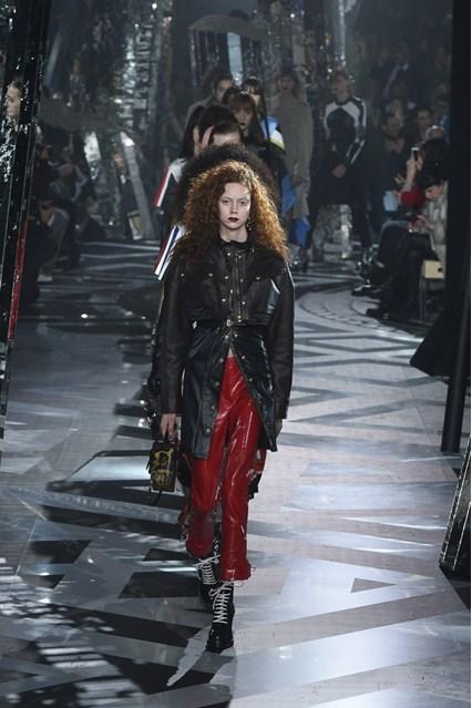 PFW -Le guerriere di Louis Vuitton, tra pelle, pelliccia, sporty e chic