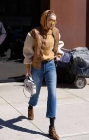Gigi Hadid in giacca Maje e borsa Valentino, NY