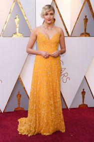 Greta Gerwig in Rodarte e collier, orecchini con diamanti e un anello con zaffiri di Tiffany & Co. agli Oscars 2018, LA