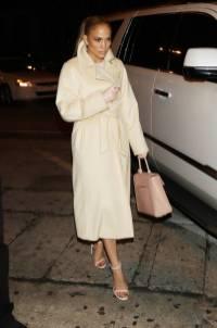 Jennifer Lopez in Max Mara e sandali Stuart Weitzman, NY