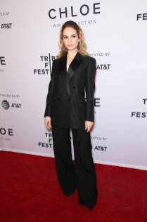 Lily James in Burberry alla 'Little Woods' screening, Tribeca Film Festival, New York
