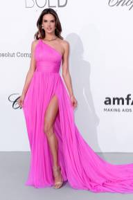 Alessandra Ambrosio in Tommy Hilfiger all'amfAR Gala, Cannes