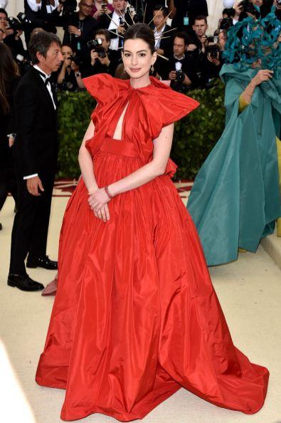 Anne Hathaway in Valentino al Met Gala 2018
