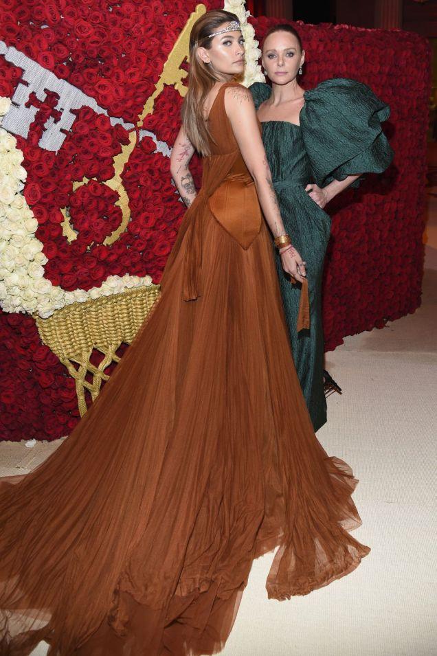 Paris Jackson e Stella McCartney, entrambe in Stella McCartney, al Met Gala 2018