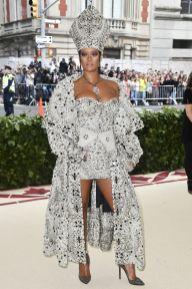 Rihanna in Margiela e gioielli Cartier al Met Gala 2018