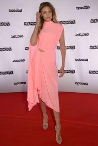 Gigi Hadid in Mugler al lancio del Nammos Village, Mykonos.
