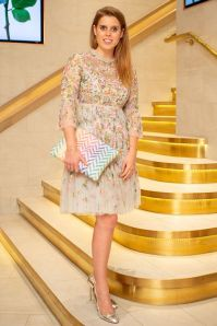 Princess Beatrice in Needle & Thread e Mrs Alice x Misela clutch all'Occitane en Provence and Flowerbx dinner